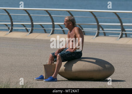 Tanned elderly man in the sun at Blackpool, Lancashire. UK Weather.  28th May, 2018.  Bright sunny start to the day at the coast as holidaymakers and tourists enjoy the amenities and attractions on the seafront promenade. in warm sunshine. Credit:MediaWorldImages/AlamyLiveNews - Stock Photo