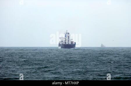 Navio entrando no Porto de Leixões em dia de mar com alerta amarelo em que o piloto não pôde entrar a bordo. - Stock Photo
