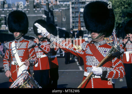 1988 HISTORICAL RIGHT TURN SIGNAL IRISH FOOT GUARDS MARCHING MILITARY BRASS BAND CHANGING THE GUARD THE MALL LONDON ENGLAND UK - Stock Photo