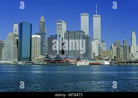 1988 HISTORICAL TWIN TOWERS (©MINORU YAMASAKI 1973) DOWNTOWN SKYLINE EAST RIVER MANHATTAN NEW YORK CITY USA - Stock Photo