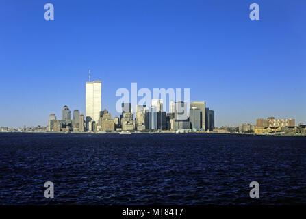 1988 HISTORICAL TWIN TOWERS (©MINORU YAMASAKI 1973) DOWNTOWN SKYLINE HUDSON BAY MANHATTAN NEW YORK CITY USA - Stock Photo