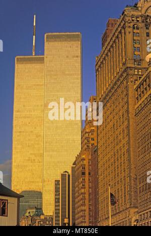 1988 HISTORICAL TWIN TOWERS (©MINORU YAMASAKI 1973) DOWNTOWN MANHATTAN SKYLINE HUDSON RIVER NEW YORK CITY USA - Stock Photo