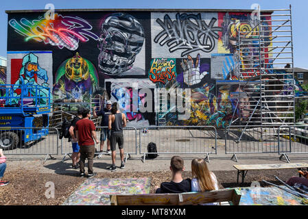 London, UK. 28 May 2018. 'Meeting of Styles' near Brick Lane in East London. The three day festival celebrates street art, with artists from around the world demonstrating their skills. Credit: Stephen Chung / Alamy Live News - Stock Photo