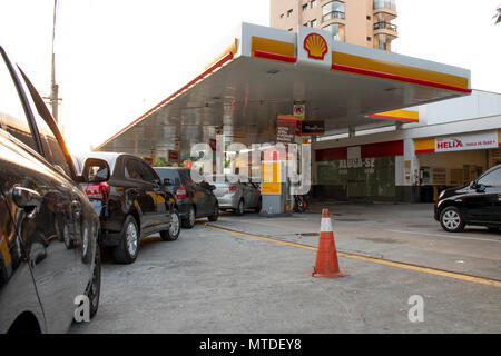 Sao Paulo, SP, Brazil. 29th May, 2018. People queue for fuel at a petrol station in São Paulo, on May 29 2018 on the nine day of a strike to protest rising fuel costs in Brazil. A truckers' strike paralyzing fuel and food deliveries across Brazil entered an eighth day Monday but with hopes of relief after unpopular President Michel Temer caved in to the strikers' key demand Credit: Alf Ribeiro/Alamy Live News - Stock Photo