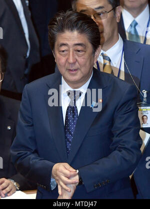 Tokyo, Japan. 30th May, 2018. Japan's Prime Minister Shinzo Abe arrives at the Diet lower chamber for taking on opposition leaders in a question time in Tokyo on Wednesday, May 30, 2018. It was the first question time since December 2016 Abe met face-to-face with the leaders of opposition parties. Credit: Natsuki Sakai/AFLO/Alamy Live News - Stock Photo