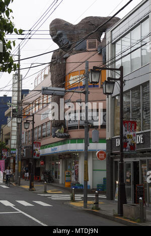 Tokyo, Japan. 30th May, 2018. A giant gorilla holding a school girl in its hand is seen over the side of a building of Sangenjaya area, Tokyo, Japan. The ''Gorilla Building'' (as known) displays a colossal statue figure of a gorilla, on top of a commercial building, keeping on its hand a statue figure of a school girl, which scene reminds the famous science fiction movie King Kong, where an enormous gorilla protects a young lady. Credit: Rodrigo Reyes Marin/via ZUMA Wire/ZUMA Wire/Alamy Live News - Stock Photo