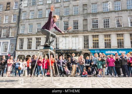 Street Performer entertaining a large crowd outside the Edinburgh Fringe Shop (Edfinge Shop) on the Royal Mile, Edinburgh, Scotland, UK - Stock Photo