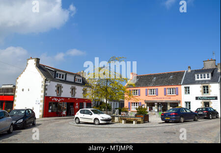 Restaurants serving gourmet food & an art gallery are clustered on a colourful corner in Carantec, Brittany, France. - Stock Photo