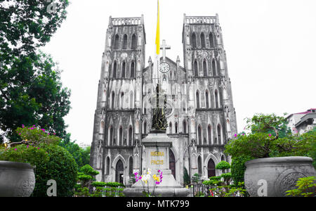 St. Joseph's Cathedral and Regina Pacis (Queen of Peace) Statue in front, Hanoi, Vietnam. St. Joseph's Cathedral is a Neogothic style church that serv - Stock Photo