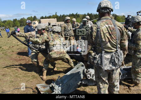 New York National Guard Soldiers from Charlie Battery, 1st Battalion, 258th Field Artillery, load a M777 Howitzer, on Fort Drum, Watertown N.Y., May 22nd, 2018. The 258 was conducting Annual Training, which this year included training for the new M777, a much larger and more powerful cannon than the M119A2, the canon they used to use. (N.Y. Army National Guard photo by Spc. Andrew Valenza) - Stock Photo