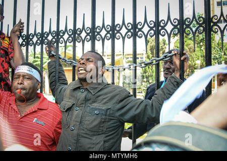 Nairobi, Kenya. 31st May, 2018. Kenyans seen protesting outside parliament buildings. Protesters take the street to call the government to arrest people involved in massive corruption scandals. In a recent scandal involving National Youth Service (NYS), the Kenyan government lost Ksh9 billions in dubious tender deals. Credit: SOPA Images Limited/Alamy Live News - Stock Photo