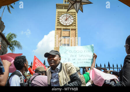 Nairobi, Kenya. 31st May, 2018. Kenyans seen protesting outside parliament buildings. Protesters take the street to call the government to arrest people involved in massive corruption scandals. In a recent scandal involving National Youth Service (NYS), the Kenyan government lost Ksh9 billions in dubious tender deals. Credit: Allan Muturi/SOPA Images/ZUMA Wire/Alamy Live News - Stock Photo