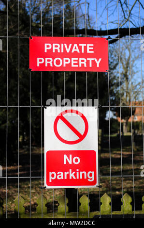 Private property sign pined onto a fence, UK - Stock Photo