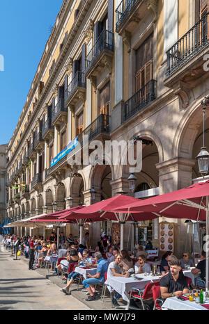Plaça Reial, Barcelona. Tourists sitting outside a cafe on the Plaça Reial, Barri Gotic, Barcelona, Catalunya, Spain. - Stock Photo