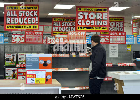 A Maplin store near St Paul's in the City of London with closing down signs. The electronic retailer has gone into administration after failing to fin - Stock Photo