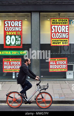 A Maplin store on the north side of Waterloo Bridge on The Strand in London with closing down signs. The electronic retailer has gone into administrat - Stock Photo