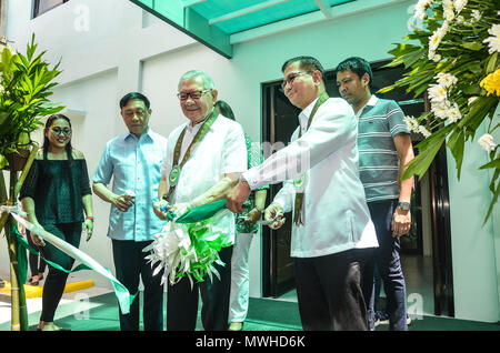 Quezon City, Philippines. 31st May, 2018. Representative, 4th district, Quezon City, Congressman Feliciano Belmonte, Jr. (left) and PDEA Director General Aaron N. Aquino (right) during the ribbon-cutting ceremony. Credit: Robert Oswald Alfiler/Pacific Press/Alamy Live News - Stock Photo