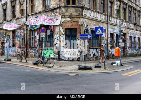 Berlin Mitte, Linienstrasse 206. Dilapidated Sqaut building covered in graffiti,street art and banners. Linie 206 for ever. - Stock Photo