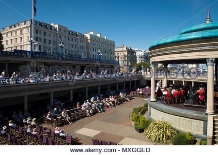 Eastbourne, Sussex, UK.  3rd June 2018. People enjoying the hot sunshine with temperatures soaring towards thirty degrees celcius. - Stock Photo
