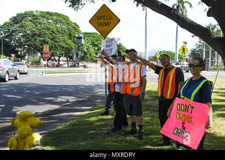 161123-N-PA426-001 PEARL HARBOR (Nov. 23, 2016) Service members rally at the Joint Base Pearl Harbor-Hickam gates to remind drivers to not drink and drive, Nov. 23. Petty Officer 2nd Class Shaylee Stewart organized the event partnering with Master Chief Suz Whitman, U.S. Pacific Fleet Master Chief, and JBPHH organizations Coalition of Sailors Against Destructive Decisions, Airmen Against Drinking and Driving, Chief Petty Officer 365 and the command's Drug and Alcohol Program advisors. (U.S. Navy photo by Petty Officer First Class Meranda Keller/Released) - Stock Photo