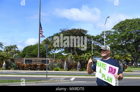 161123-N-PA426-002 PEARL HARBOR (Nov. 23, 2016) Service members rally at the Joint Base Pearl Harbor-Hickam gates to remind drivers to not drink and drive, Nov. 23. Petty Officer 2nd Class Shaylee Stewart organized the event partnering with Master Chief Suz Whitman, U.S. Pacific Fleet Master Chief, and JBPHH organizations Coalition of Sailors Against Destructive Decisions, Airmen Against Drinking and Driving, Chief Petty Officer 365 and the command's Drug and Alcohol Program advisors. (U.S. Navy photo by Petty Officer First Class Meranda Keller/Released) - Stock Photo