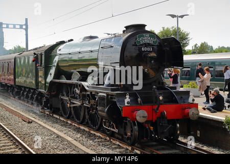 Twyford station, Berkshire, UK. 5th June, 2018. Hundreds of people waited patiently for the Flying Scotsman train on its way from Reading to Paddington. Families and trainspotters alike had gathered to get a glimpse of the iconic train on its way to London. Credit: Uwe Deffner/Alamy Live News - Stock Photo
