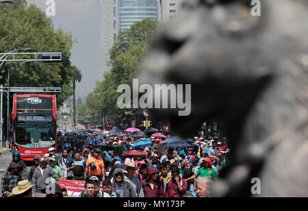 Mexico city, Mexico. 5th June, 2018. Hundreds of members of the National Coordination of Education Workers (CNTE) march for the second consecutive day in Mexico City, Mexico, 05 June 2018. Thousands of teachers from several states carry out several mobilizations since Monday to pressure the Mexican government to reinstate a negotiating table on their demands. According to the Ministry of Public Education (SEP) ), 98.2% of public basic education schools operate normally. EFE/Mario Guzman Credit: EFE News Agency/Alamy Live News - Stock Photo