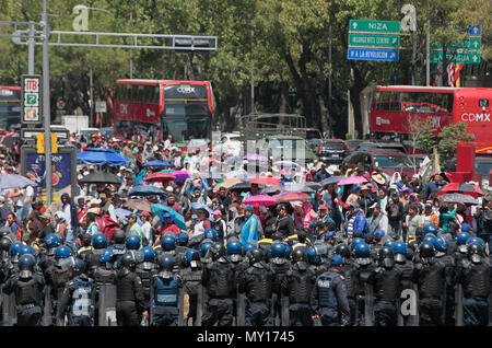 Mexico city, Mexico. 5th June, 2018. Members of the police intervene in the mobilization of hundreds of members of the National Coordination of Education Workers (CNTE), who march for the second consecutive day in Mexico City, Mexico, 05 June 2018. Thousands of teachers from several states carry out several mobilizations since Monday to pressure the Mexican government to reinstate a negotiating table on their demands. According to the Ministry of Public Education (SEP) ), 98.2% of public basic education schools operate normally. EFE/Mario Guzman Credit: EFE News Agency/Alamy Live News - Stock Photo