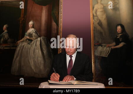 Vienna, Austria. 05th June, 2018. VIENNA, AUSTRIA - JUNE 5, 2018: The President of Russia, Vladimir Putin, signs a distinguished visitors' book at an exhibition of paintings by old masters from the collections of St Petersburg's State Hermitage Museum at Vienna's Kunsthistorisches Museum. Mikhail Klimentyev/Russian Presidential Press and Information Office/TASS Credit: ITAR-TASS News Agency/Alamy Live News - Stock Photo