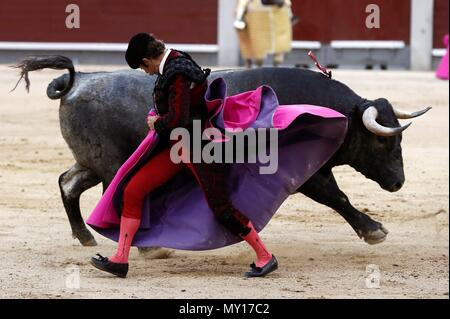 Madrid, Spain. 5th June, 2018. Spanish bullfighter Fernando Robleno performs a pass on his first bull during the 29th bullfight of San Isidro's Fair at Las Ventas bullring in Madrid, Spain, 05 June 2018. EFE/Mariscal Credit: EFE News Agency/Alamy Live News - Stock Photo