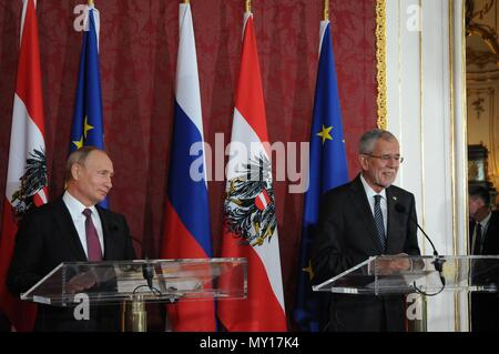 Vienna, Austria. 5th June, 2018. Russian President Vladimir Putin (L) and Austrian President Alexander Van der Bellen attend a joint press conference in Vienna, Austria, on June 5, 2018. Putin said here on Tuesday that his country has overcome the western sanctions which also harm western states themselves, noting all sides are interested in lifting the sanctions. Credit: Liu Xiang/Xinhua/Alamy Live News - Stock Photo