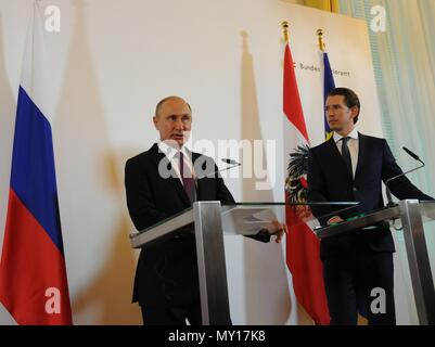 Vienna, Austria. 5th June, 2018. Russian President Vladimir Putin (L) and Austrian Chancellor Sebastian Kurz attend a joint press conference in Vienna, Austria, on June 5, 2018. Putin said here on Tuesday that his country has overcome the western sanctions which also harm western states themselves, noting all sides are interested in lifting the sanctions. Credit: Liu Xiang/Xinhua/Alamy Live News - Stock Photo