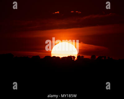 Ashbourne, Derbyshire. 5th Jun, 2018. UK Weather: spectacular sunset over the ancient woods Hazleton Clump Cairn near Thorpe taken from Ashbourne Derbyshire, Peak District National Park Credit: Doug Blane/Alamy Live News Stock Photo