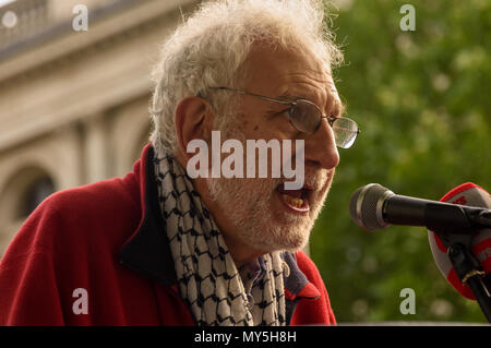 June 5, 2018 - London, UK. 5th June 2018. A Jewish man condemns the shameful acts by Israel against Palestinians at a rally at Downing St on the National day of solidarity actions for the Great Return March in Palestine. The protest caledl for freedom for Palestine and an end the the shooting of Palestinians by Israeli forces. They urged the government to stop supplying arms to Israel and supported the rights of Palestinians to return to their former family homes. Many came with Palestinian flags and bunches of keys to symbolise the right to return to the homes which people were forced to leav - Stock Photo