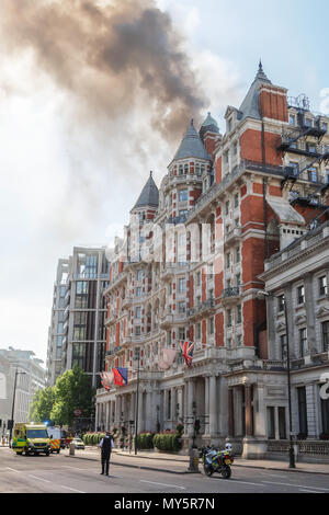 London, UK. 6th June, 2018. Manadarin Occidental Hotel fire in London. 2018-05 Knightsbridge Credit: Peter Smith/Alamy Live News - Stock Photo