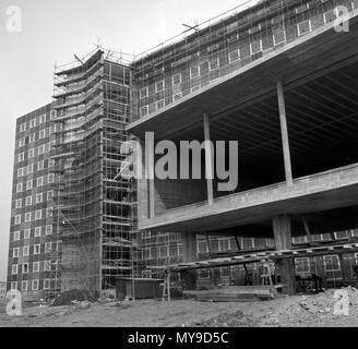 Architecturally interesting is the new Oberfinanzdirektion (chief finance directorate) building, which is currently (August 1955) under construction in Frankfurt am Main. | usage worldwide - Stock Photo