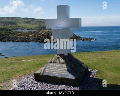 The Thoula Cross  commemorates the heroism by men of Parish in rescue of crew of French Schooner 'Jeane St Charles' in 1858 The Sound Isle of Man - Stock Photo