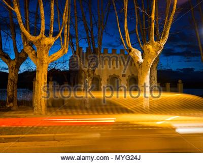 Night traffic in front of the Pesquera Gayola, a former fisherman shack by the lake Banyoles. - Stock Photo