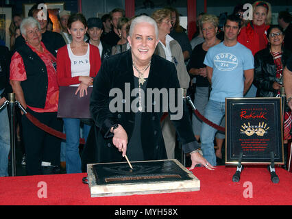 Grace Slick inducted on the Rock Walk of Fame at the Guitar Center in Los Angeles. October 22, 2002.           -            GraceSlick RockWalkOfFame04.jpgGraceSlick RockWalkOfFame04  Event in Hollywood Life - California, Red Carpet Event, USA, Film Industry, Celebrities, Photography, Bestof, Arts Culture and Entertainment, Topix Celebrities fashion, Best of, Hollywood Life, Event in Hollywood Life - California, movie celebrities, TV celebrities, Music celebrities, Topix, Bestof, Arts Culture and Entertainment, Photography,    inquiry tsuni@Gamma-USA.com , Credit Tsuni / USA, Honored with hand - Stock Photo