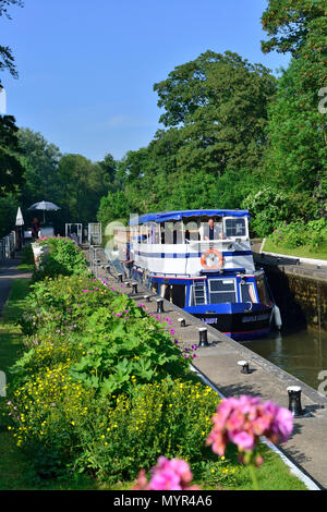 'Mapledurham Lady' entering the Sonning Lock on the River Thames near the village of Sonning, Berkshire,on a beauiful sunny summers afternoon - Stock Photo