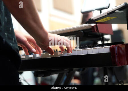 Montreal,Canada,6 Juin,2018.Close-up of a musician hands on synthesizer keyboard.Credit:Mario Beauregard/Alamy Live News - Stock Photo