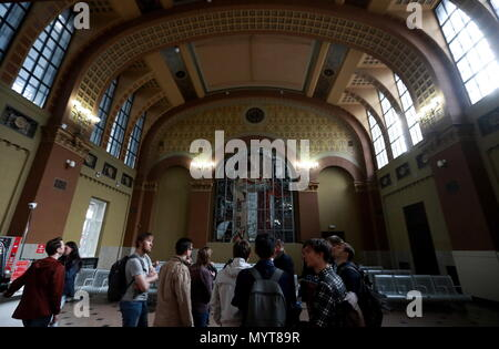 Moscow, Russia. 07th June, 2018. MOSCOW, RUSSIA - JUNE 7, 2018: Passengers at Kiyevsky Railway Station. Sergei Fadeichev/TASS Credit: ITAR-TASS News Agency/Alamy Live News - Stock Photo