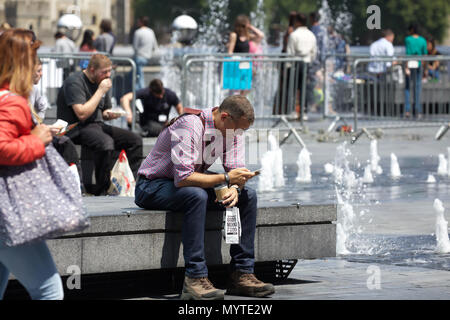 London,UK,8th June 2018,People enjoy the sunshine over Queenswalk by the River Thames in Central London, the weather forecast is to remain settled and warm for the rest of the weekend.Credit Keith Larby/Alamy Live News - Stock Photo