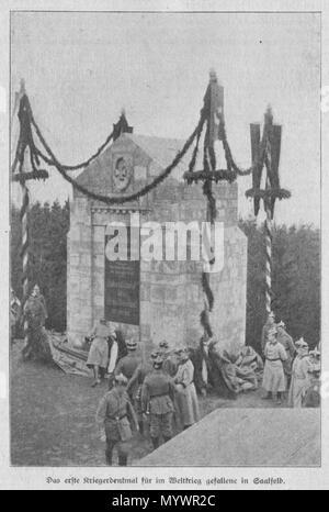 .  Deutsch: Einweihung des 1. Kriegerdenkmals für Gefallene des Ersten Weltkrieges in Saalfeld/Saale am 27. November 1916. Der Standort befand sich in dem Gehölz Am Steiger, unterhalb der Hinteren Gartenkuppe. Geehrt wurden die Gefallenen vom Reserve-Infanterie-Regiment Nr. 82. Im Bild legt der Batallionskommandeur Major Meier den von Herzog Bernhard gespendeten Kranz am Denkmal nieder. Das Denkmal wurde nach einem Entwurf von Oberleutnant Sänger von Soldaten des Bataillons erbaut, es hat ein Gewicht von 4800 Zentnern. Die Tafel enthält folgende Angaben:Den im Weltkrieg gefallenen Kameraden zu - Stock Photo
