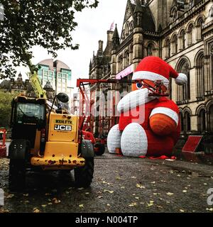 Manchester, UK. 30th Oct, 2015. Santa Gets Ready. The preparation of the large Santa that is an annual, festive - Stock Photo