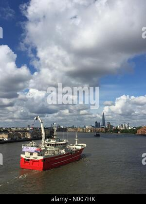 Narrow St, London, UK. 15th June, 2016. Many fishing vessels make their way upstream along The Thames, London, in - Stock Photo