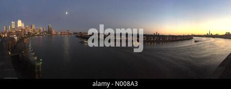 Narrow St, London, UK. 15th Aug, 2016. Sunset and moonrise, Canary Wharf, London, UK (Weather). Credit:  Glenn Sontag/StockimoNews/Alamy - Stock Photo