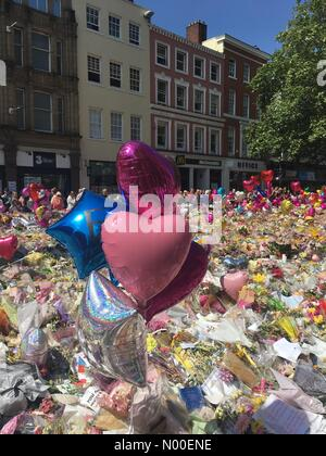 St Anns Square, Manchester, UK. 31st May, 2017. A sea of flowers in memory of the dead and injured in Saint Anns - Stock Photo