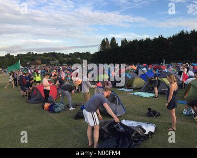Revelstoke Rd, London, UK. 07th July, 2017. 8th July, 2017. Wimbledon, London, UK. Late arrivals camping for middle - Stock Photo