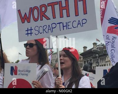 A302, London, UK. 06th Sep, 2017. Thousands of nurses, healthcare workers and members of the public gathered in - Stock Photo